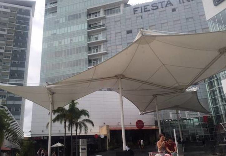 Darán atención a las personas en el hotel Fiesta Inn del Malecón las Américas. (Israel Leal/SIPSE)