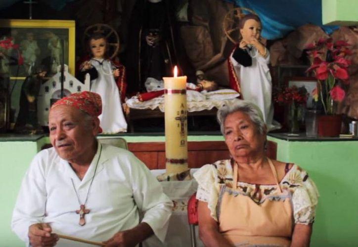 El artesano Rosel González Montoya labró un 'Parachico' que desea regalar al Sumo Pontífice durante su visita a Chiapas; en la foto acompañado de su esposa. (Notimex)