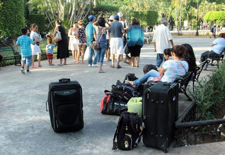 Las agencias de viajes esperan mayor actividad en agosto. Imagen de un grupo de turistas en la Plaza Grande de Mérida. (Milenio Novedades)