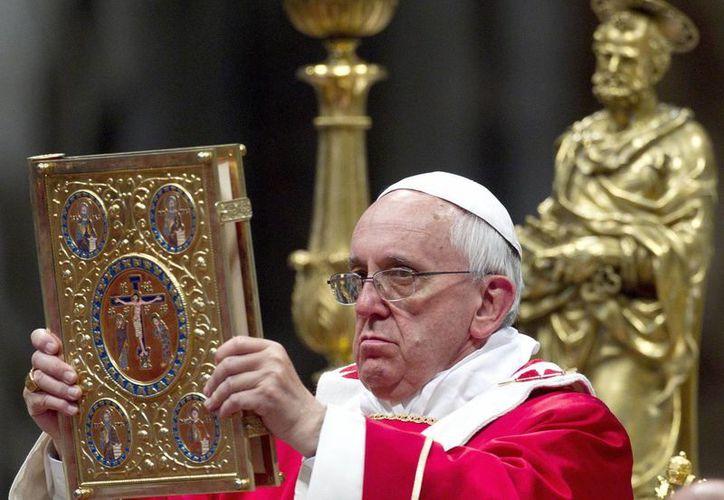 Las réplicas del papa Francisco lucen con la edad que tenía él cuando vivió en Buenos Aires. (EFE)