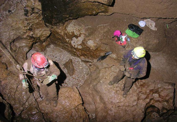 Foto difundida por el Espeleo Club Andino del Perú, de las labores de rescate del espeleólogo español Cecilio López Tercero, herido en una cueva de Perú, a 400 metros de profundidad. (EFE/Archivo)