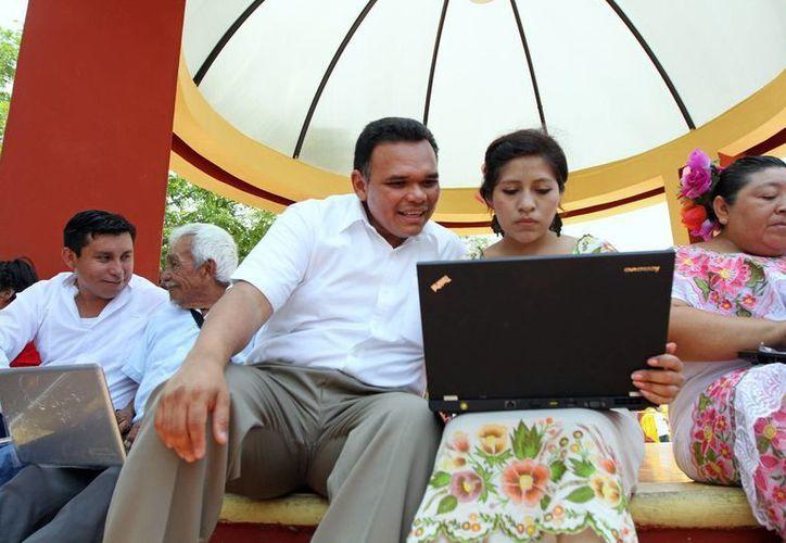 Rolando Zapata estuvo ayer en Yaxkukul. (Cortesía)