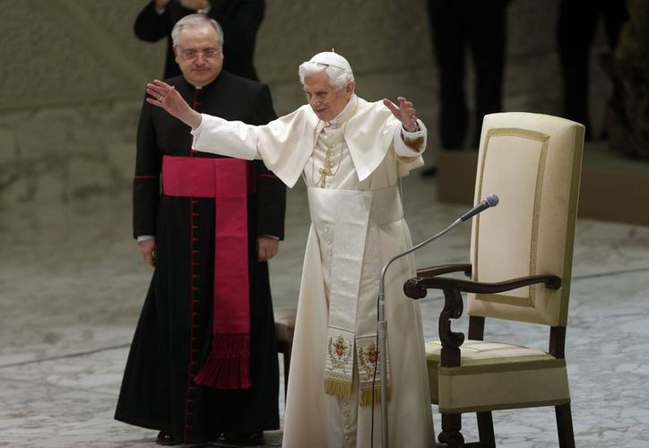 El Papa Benedicto XVI reconoce a la multitud durante una audiencia general semanal en el Aula Pablo VI, en el Vaticano. (Agencias)