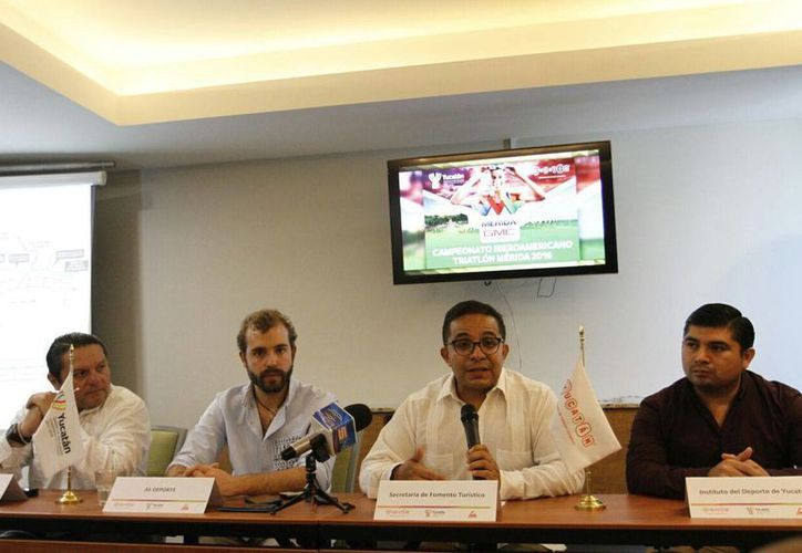 Imagen de la rueda de prensa donde se informó de los pormenores del Triatlón de Mérida 2016 que se realizará el domingo 31 de enero de 2016. (Foto: Marco Moreno/SIPSE)