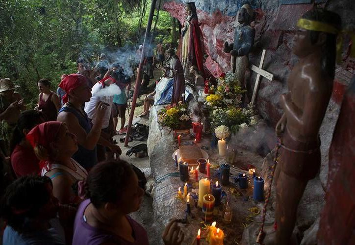Los devotos rezan, fuman puros y encienden velas en el santuario de María Lionza en la montaña de Sorte en las afueras de Chivacoa , en el estado de Yaracuy. (Fotos de Reuters tomadas de rt.com)