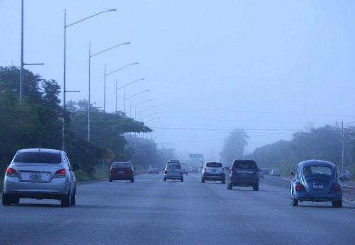 Especialmente entre las 4 y 6 de la mañana cuando se registra la mayor condensación de humedad. Imagen del periférico de Mérida en las primeras hora de hoy martes. (José Acosta/SIPSE)