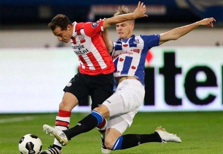 El PSV indicó que el futbolista mexicano tendrá un programa especial de rehabilitación para poder estar pronto en las canchas.(Foto tomada de Twitter/ @PSV)