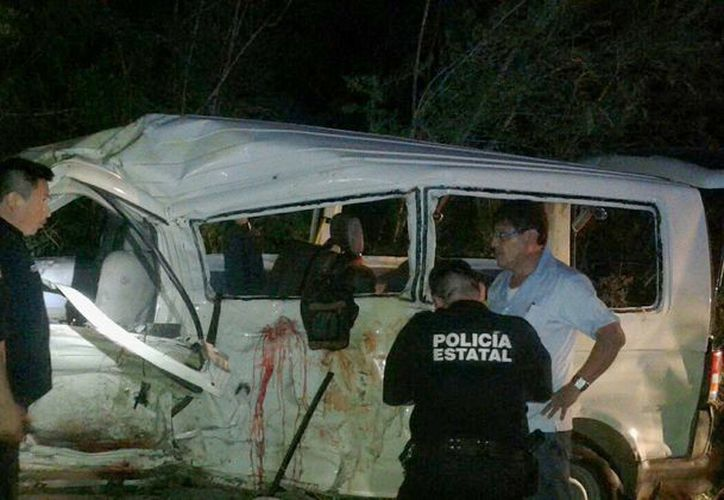 El taxi foráneo quedó desbaratado, tras volcar repetidas ocasiones después del impacto. (Milenio Novedades)