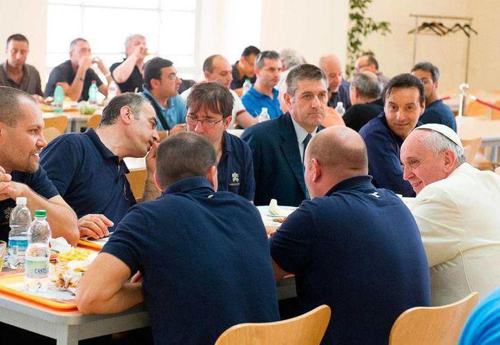 El Papa Francisco -aparece en el extremo derecho de la imagen- departió con los empleados del Vaticano que se encontraban en el comedor general. Como es su costumbre, no avisó de su intención de acudir al lugar y sorprendió a todos los ahí presentes. (AP)