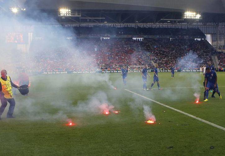 Varios objetos peligrosos lanzados al término del juego Croacia-República Checa, entre ellos petardos y bengalas, podrían derivar en alguna suspensión. (AP)
