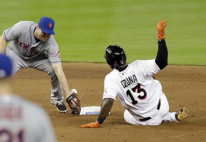 Marcell Ozuna (13) se roba la segunda base en partido que Marlins de Miami doblegaron a  a Mets de Nueva York para ganar la serie. (Foto: AP)
