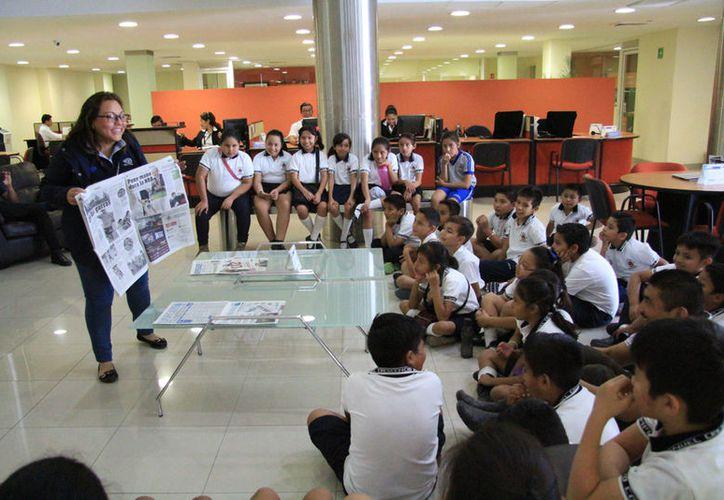 Los alumnos recibieron una plática sobre el ejemplar. (Luis Soto/SIPSE)