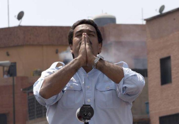 Con Maduro, permanece el silencio al reclamo de la prensa. (Agencias)