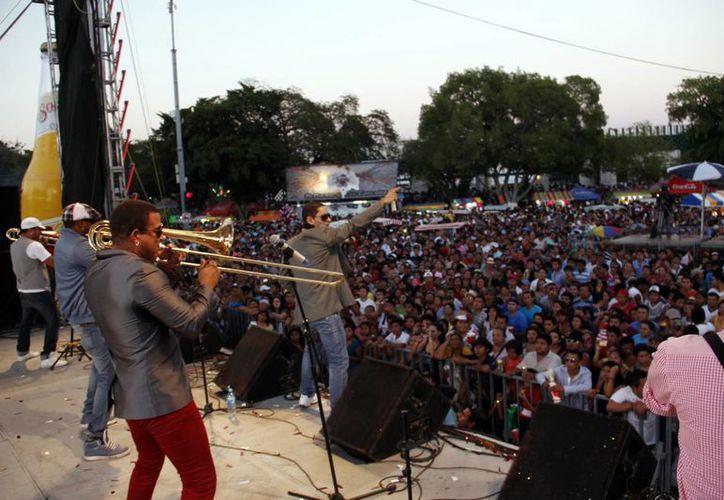 El Boom puso a bailar a los carnavaleros, en lo que fue el cierre de la fiesta en el escenario SIPSE. (Juan Albornoz/SIPSE)