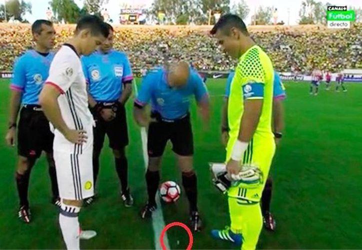 El árbitro Heber Lopes tiró la moneda al aire, pero tanto él como los capitanes Rodríguez y Villar se sorprendieron con el resultado. (Captura de pantalla/YouTube)