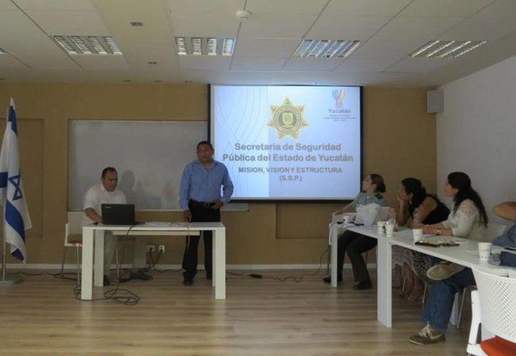 Los comandantes policíacos yucatecos, al exponer los programas de la SSP en un curso taller llevado a cabo en Israel. (Milenio Novedades)
