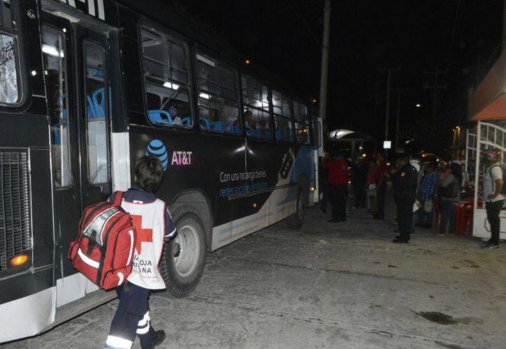 Un camión de transporte público recibió varios rocazos la noche de ayer en la Supermanzana 75. (Redacción/SIPSE)