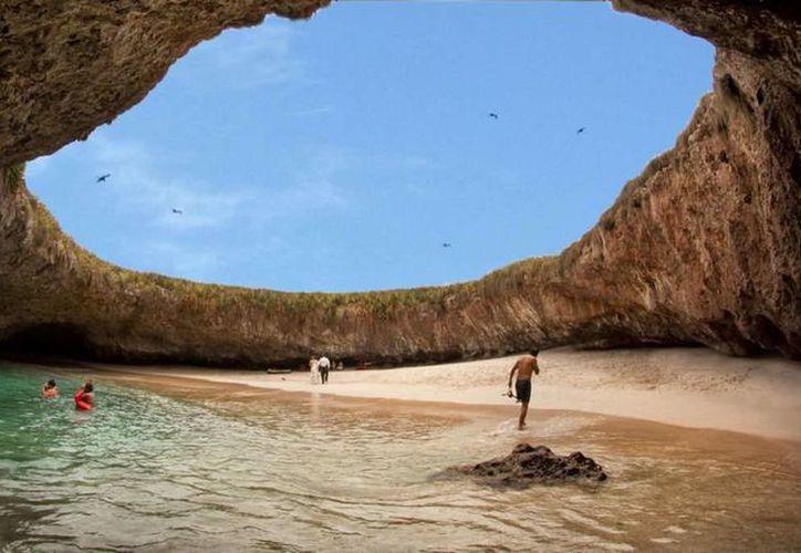 Debido a la cantidad de gente que visitaba la Playa del Amor, las autoridades decidieron implementar restricciones a los turistas. Imagen de archivo que muestra la paradisíaca playa conocida también como Escondida. (nayaritenlinea.mx)