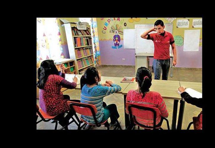 Dos jóvenes del Consejo Nacional de Fomento Educativo están a cargo de la preparación escolar de los menores que viven en la  casa hogar Simón de Betania. (Héctor Téllez/Milenio)