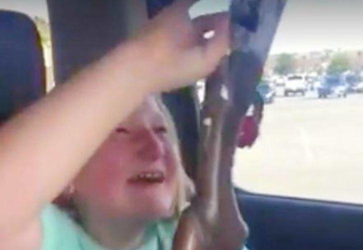 Captura de pantalla del video en donde una niña de nombre Presley recibe su primera arma de fuego como regalo. (Facebook Beretta)