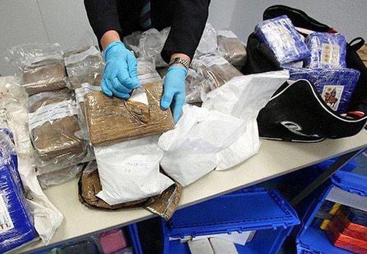 La policía acusó a Pozonsky de ocho cargos de robo, cuatro cargos de posesión de drogas y uno por conflicto de intereses. (RT)