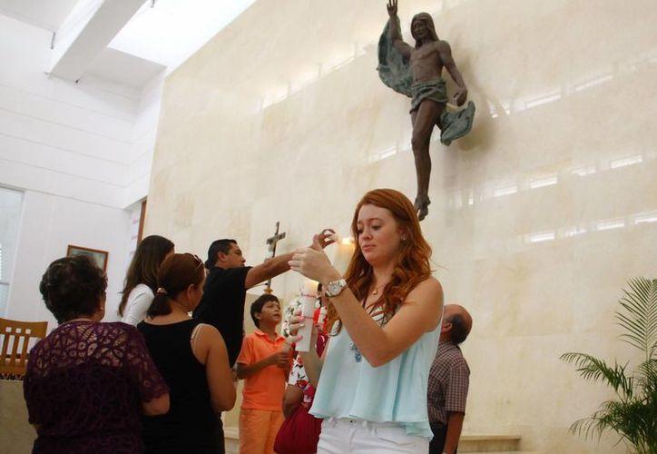 Fieles de la parroquia de Cristo Resucitado participaron con devoción en la misa de Domingo de Pascua. (Milenio Novedades)