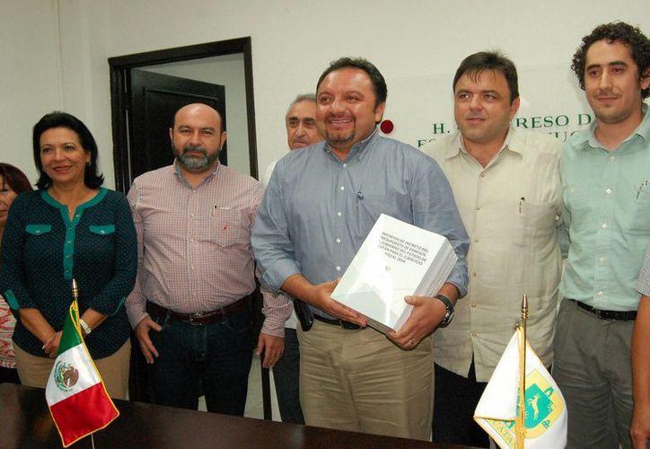 Los diputados recibieron ayer el paquete fiscal de egresos para 2014 del Gobierno del Estado. (Milenio Novedades)