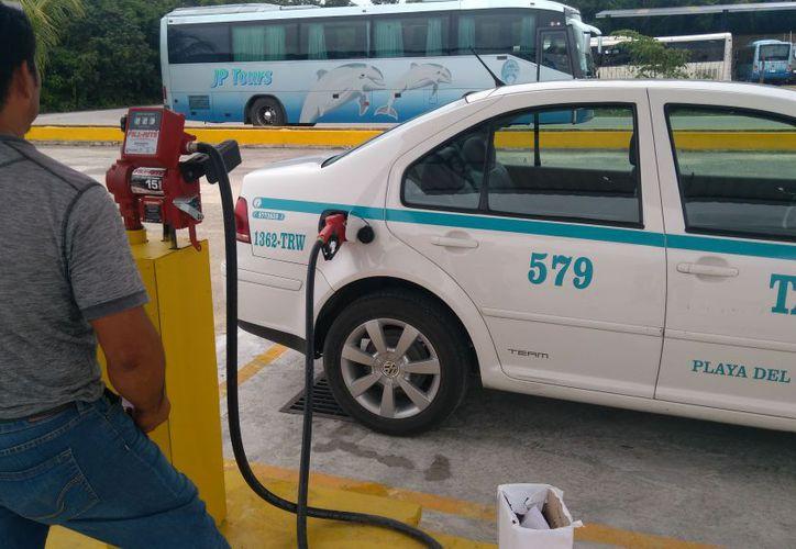 En la gasolinera de los taxistas de Playa del Carmen, sólo se venderá Premium y un peso más barata. (Foto: Adrián Barreto)
