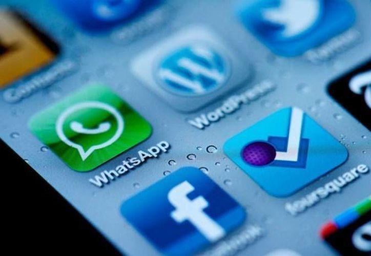 Una de las razones por las que Facebook se hizo del WhatsApp es porque tiene unos 450 millones de usuarios. (SIPSE/Contexto)