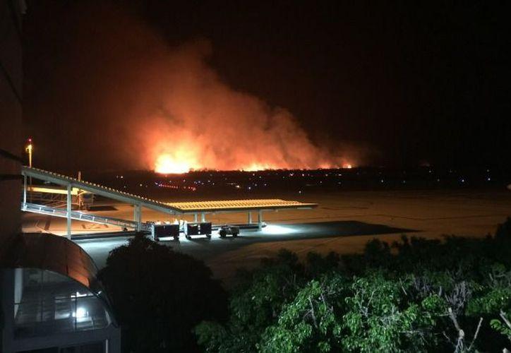 De acuerdo con información preliminar, las llamas comenzaron en un rancho cercano al Aeropuerto de Chiapas. (Foto: Twitter @Arnulfob)