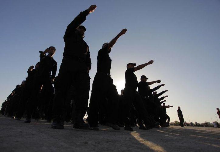 Voluntarios entrenando en una base militar de la ciudad sagrada chií de Najaf, al sur de Bagdad. (Agencias)