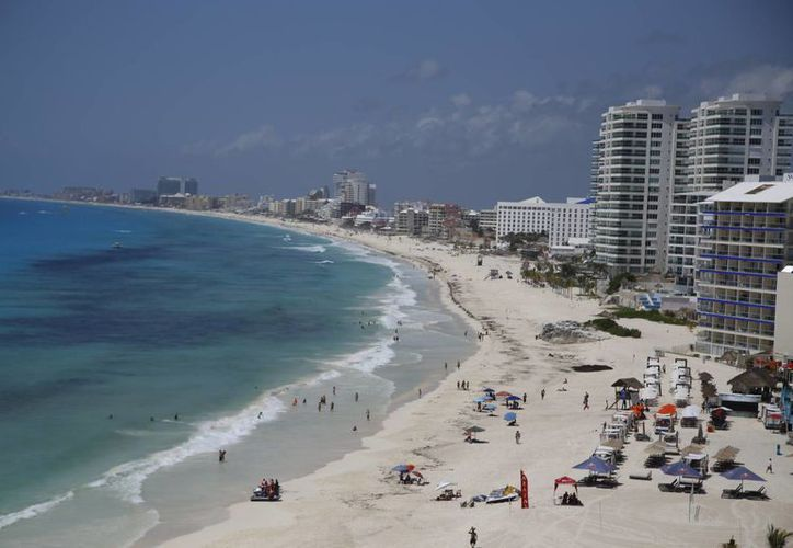 La limpieza de playas en Cancún ha logrado que no se pongan en riesgo las reservaciones para la temporada decembrina. (Israel Leal/SIPSE)