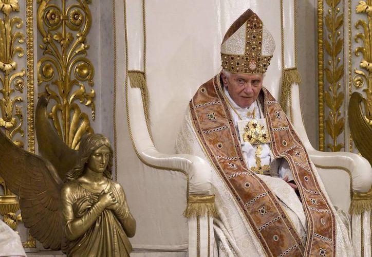 El Papa Benedicto XVI encabezando el rezo de la Víspera para celebrar la Conversión de Pablo Apóstol en la Basílica de San Pedro del Vaticano. (EFE/Archivo)