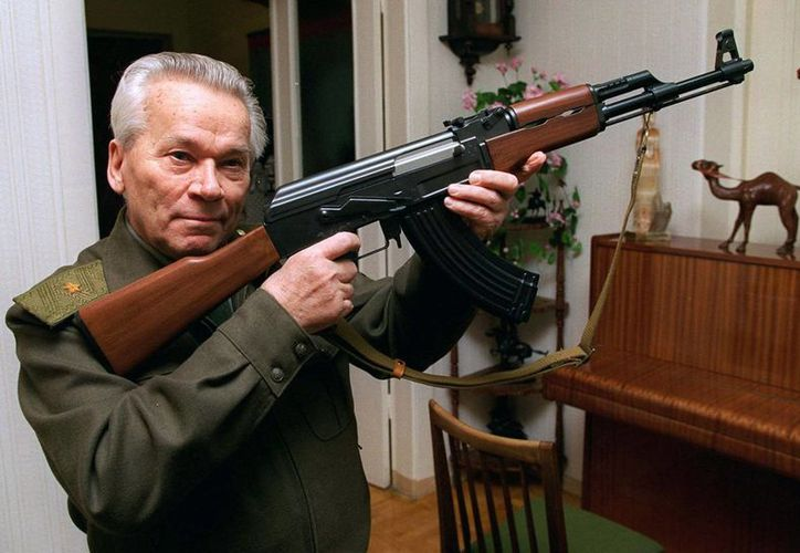 Mijaíl Kalashnikov, quien es considerado el padre del AK-47, muestra un modelo de uno de sus fusiles. Kalashnikov falleció en diciembre de 2013.