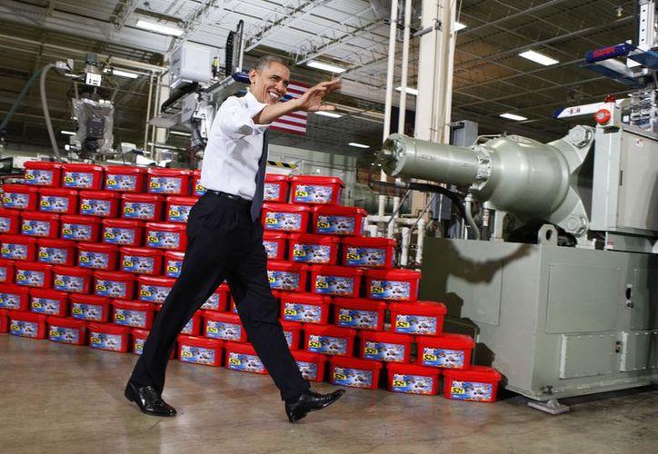 El presidente Barack Obama saluda al llegar a la fábrica de juguetes de Rodon Group. (Agencias)