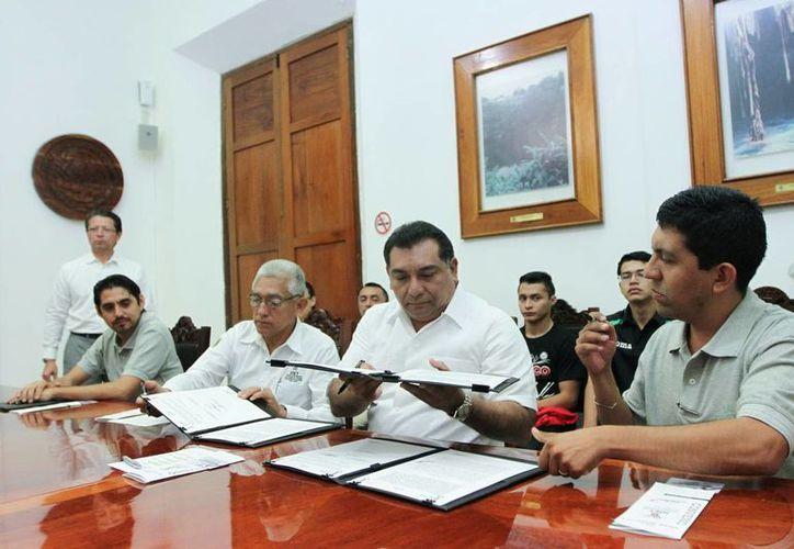 Momento de la firma del convenio. El seguro incluye 50 mil pesos para atención médica. (Foto: cortesía)
