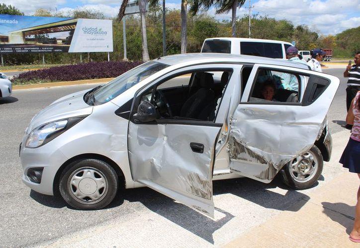 El impacto causó que el vehículo girara, provocando un segundo impacto. (Redacción/SIPSE)