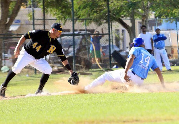 El panameño Rubén Rivera es puesto fuera de combate en tercera base, en el primer juego entre Senadores-Rookies. (SIPSE)