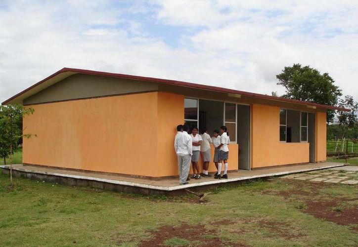 Según la SEP, 44 de cada 100 jóvenes del medio estudian el bachillertao. En la imagen, el Telebachillerato en la comunidad de La Redonda, municipio de San Andres Tuxtla, Veracruz. (Foto: www.panoramio.com)