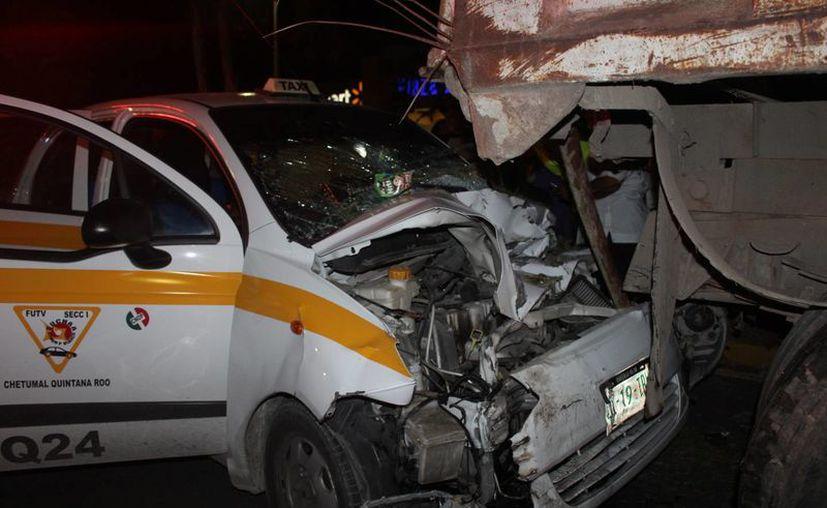 El conductor del taxi se encontró de golpe con el volquete que estaba estacionado. (Foto: Redacción/SIPSE)