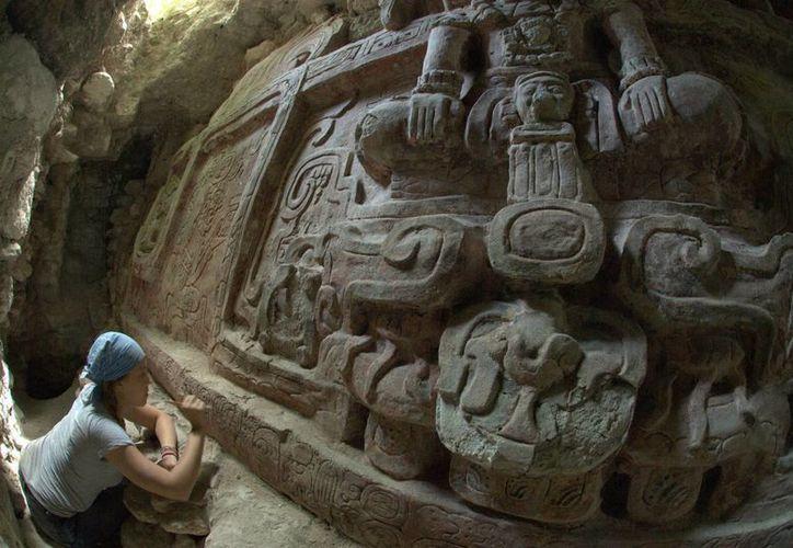 Bajo la estructura se halló una tumba con vasijas y máscaras de madera. (EFE)