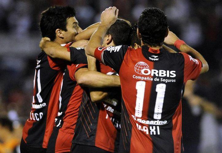 Jugadores de Newell's Old Boys de Argentina celebran un gol de Pablo Pérez ante Deportivo Lara de Venezuela, el pasado jueves 4 de abril. (EFE/Archivo)