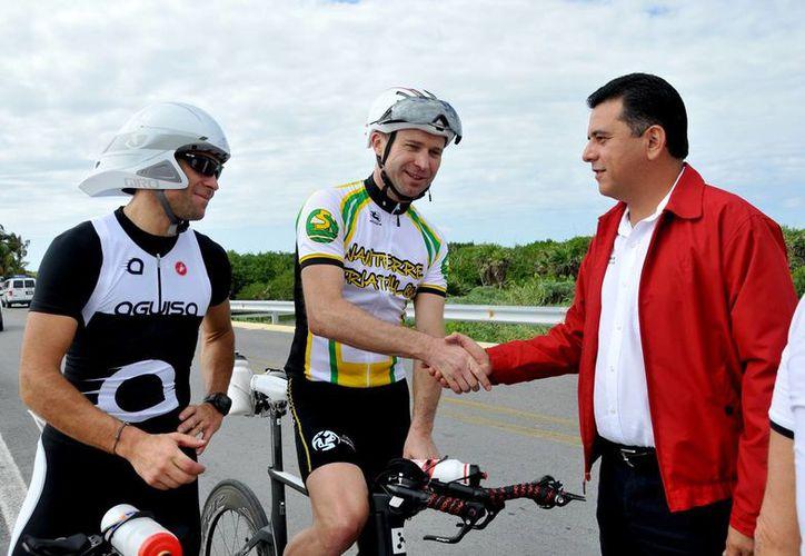 El alcalde platicó y saludó a varios de los competidores que ya están realizando su entrenamiento. (Cortesía/SIPSE)