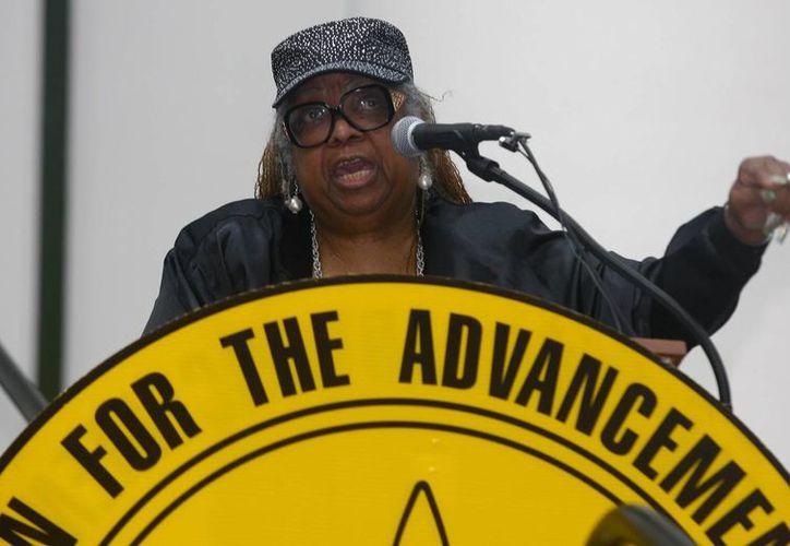 La presidenta del grupo activista en defensa de personas de raza negra NAACP en Florida, Adora Obi Nweze, habla frente al Capitolio de Tallahassee, Florida. (Agencias)