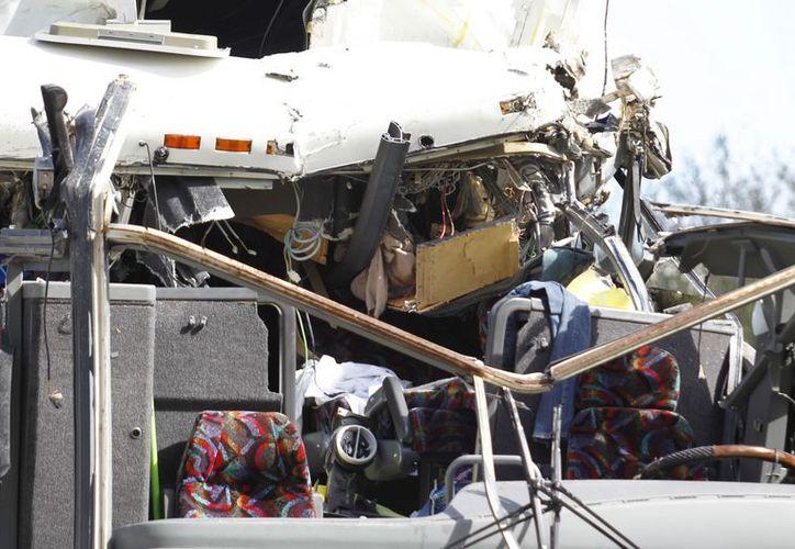 Vista del frente de un autobús que chocó contra un viaducto de concreto en el Aeropuerto Internacional de Miami. (Agencias)