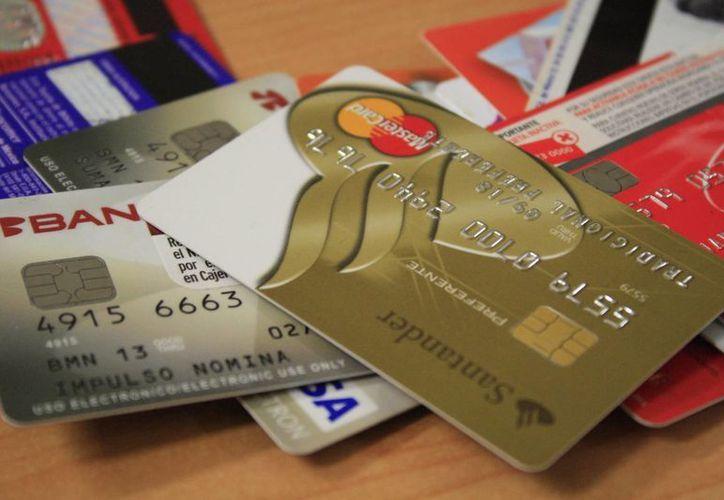 Muchos usuarios de tarjetas de crédito ven su deuda aumentada debido a los intereses que genera la impuntualidad en los pagos. (Archivo/SIPSE)