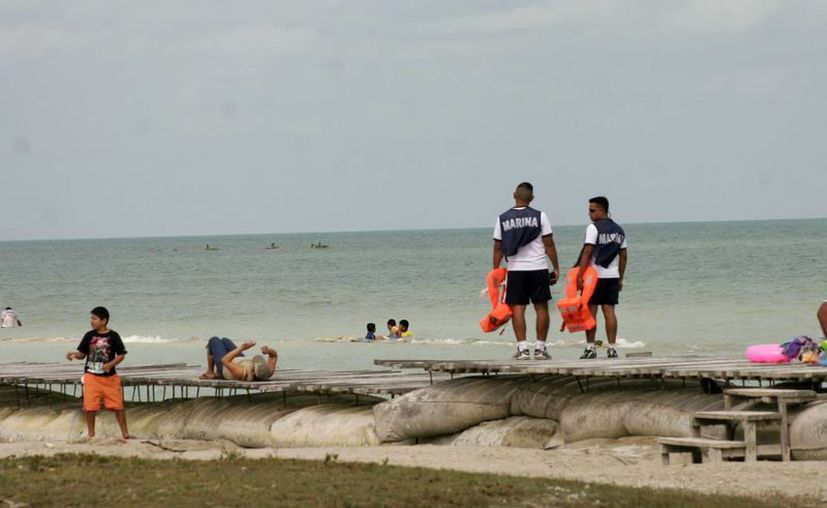 Personal médico y de vigilancia realizaron recorridos en el lugar para vislumbrar posibles casos de auxilio. (Enrique Mena/SIPSE)