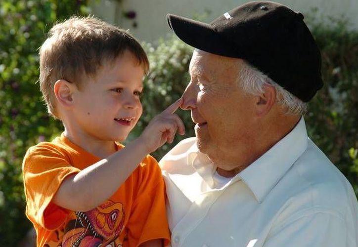 Los abuelos enseñan valores a través de la convivencia con los nietos. (SIPSE)
