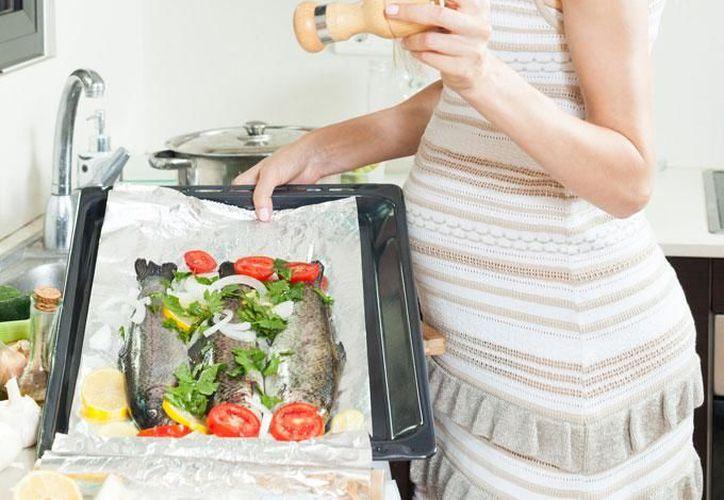 Expertos recomiendan ingesta de pescado en embarazadas para evitar riesgo de partos antes de nueve meses. (Contexto/Internet)