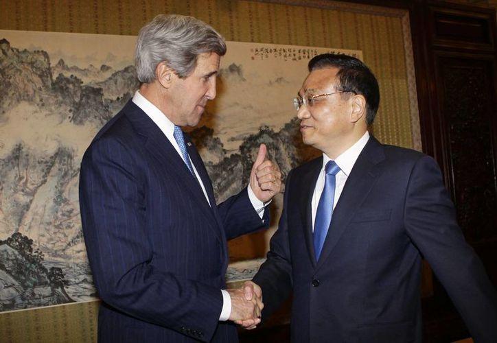 El secretario de Estado de Estados Unidos, John Kerry y  el primer ministro de China, Li Keqiang. (Agencias)